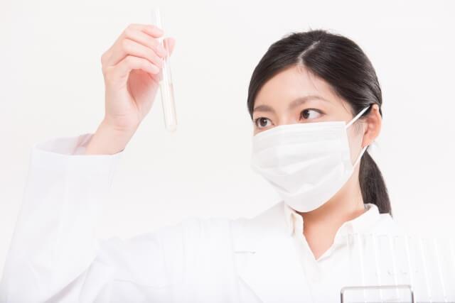 試験管を覗く女性