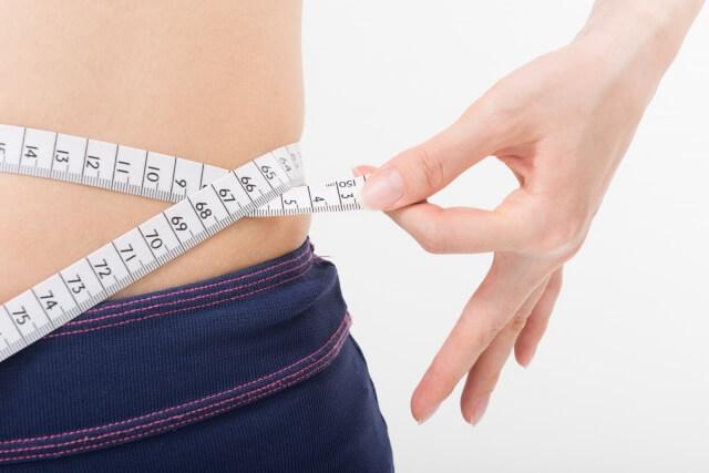 お腹を計測する女性